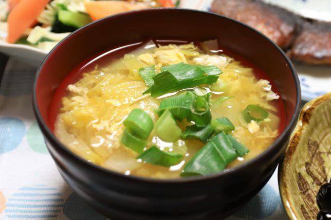 おばあが冬至の日につくった、たまごと白菜入りの味噌汁