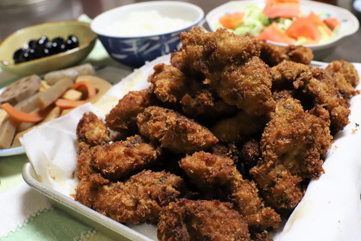 岡山から直送の牡蠣を揚げたカキフライなど、おばあがつくった晩ごはんのメニュー
