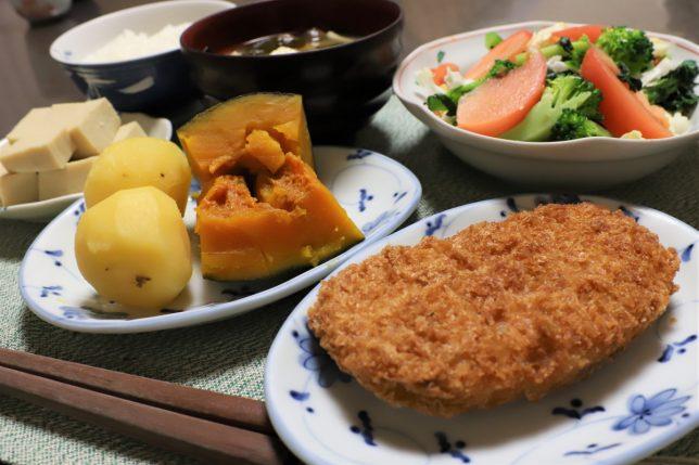 謎の肉のカツ、南京とじゃがいもの煮ものなど、おばあが作った晩ごはんのメニュー