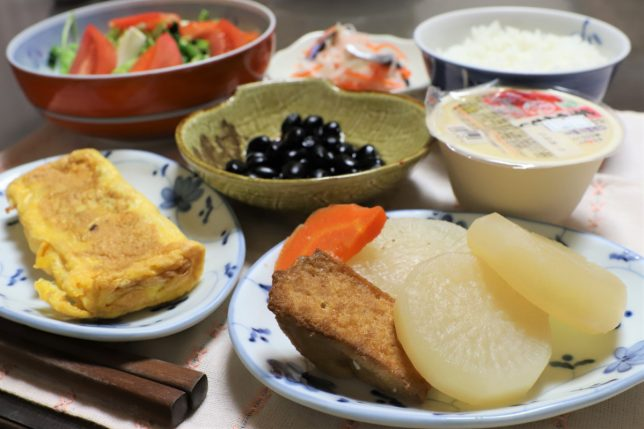 煮物(大根、厚揚げ、にんじん)や、たまご焼き、茶碗蒸しなど、おばあがつくった晩ごはんのメニュー