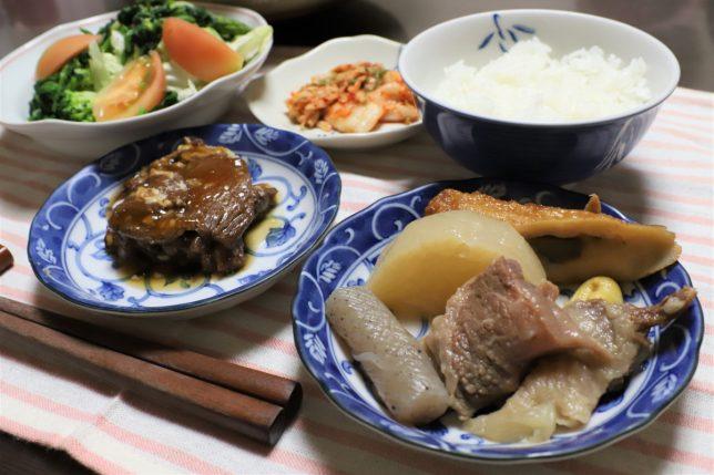 2日目のおでんや、缶詰の牛肉の大和煮など、おばあが用意した晩ごはんのメニュー