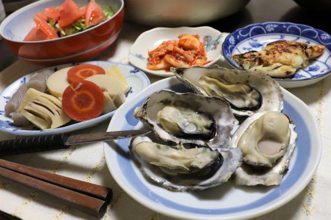 岡山の蒸し牡蠣など、おばあがつくった晩ごはんのメニュー