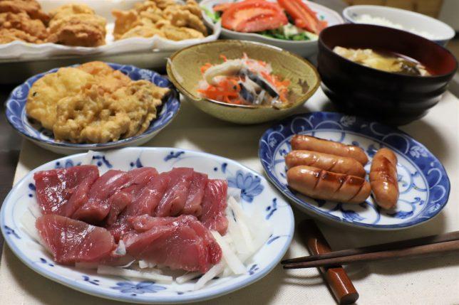 マグロの刺し身、レンコンとサツマイモの天ぷら、ソーセージなど、おばあがつくった晩ごはんのメニュー