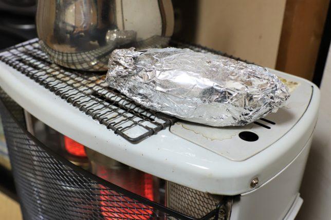 おばあの家のストーブの上で焼いている焼きいも