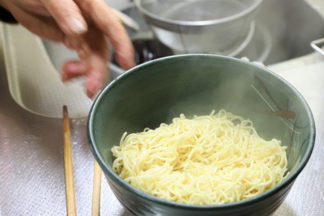 「マルちゃん正麺 豚骨味」の麺を丼に入れたおばあ