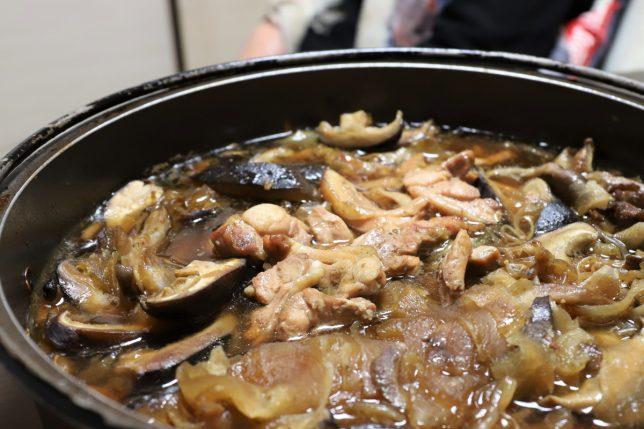 シイタケのすき焼き(2日目)に鶏肉を投入