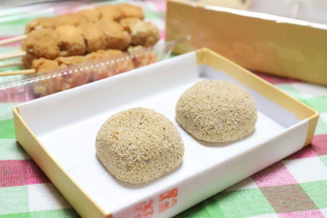 おばあがもらってきた「けし餅」。堺名産けし餅本舗「小島屋」のもの。こしあんを薄い餅で包み、けしの実をたっぷりまぶしてある