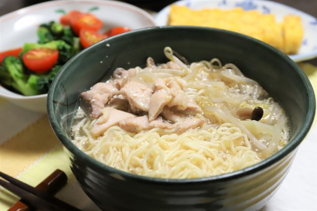 「マルちゃん正麺 豚骨味」と玉子焼きなど、おばあが作った晩ごはんのメニュー