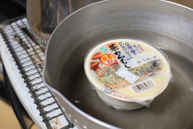 松茸入り茶碗蒸し(みやけ食品。98円)をストーブの上の鍋で温めているところ。