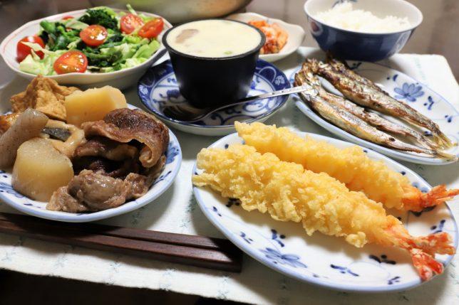 おでん(2日目)やエビの天ぷら、子持ちししゃもなど、おばあが用意した晩ごはんのメニュー