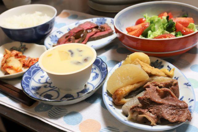 おでんやローストビーフ、松茸入り茶碗蒸しなど、おばあが用意した晩ごはんのメニュー