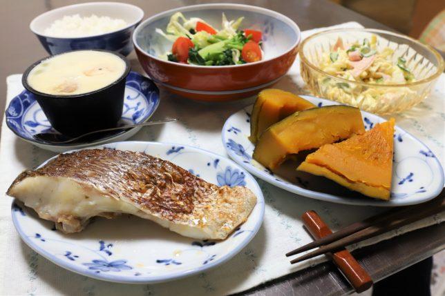 焼いた鯛、なんきんの炊いたん、マカロニサラダ、高級茶碗蒸し(太陽食品)など、おばあが用意した晩ごはんのメニュー