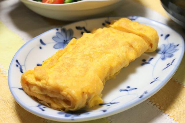 「マルちゃん正麺 豚骨味」と一緒に、おばあが出した玉子焼き