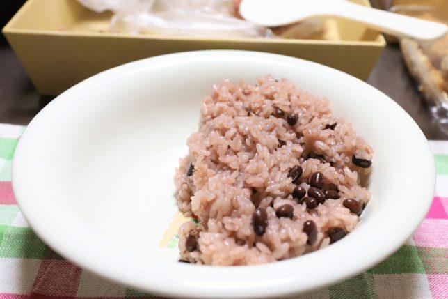 カレー皿に盛った赤飯(これからカレーをかける)