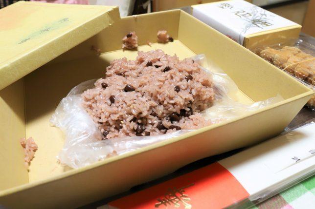 おばあがもらった箱入りの赤飯