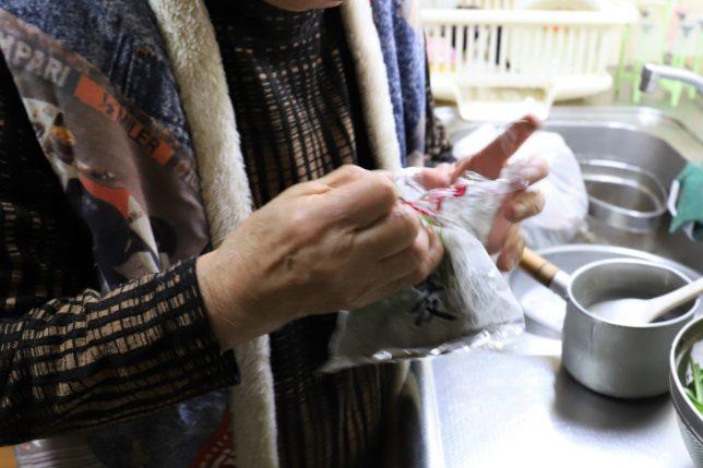 恩地食品の藪蕎麦(年越しそば)の袋を開けたおばあ