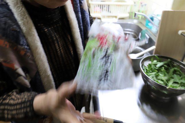 恩地食品の藪蕎麦(年越しそば)を鍋に投入するおばあ