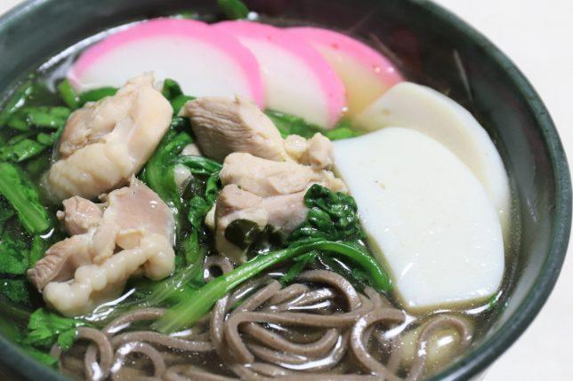 鶏肉と春菊、カマボコが具材の年越しそば(恩地食品、藪蕎麦)