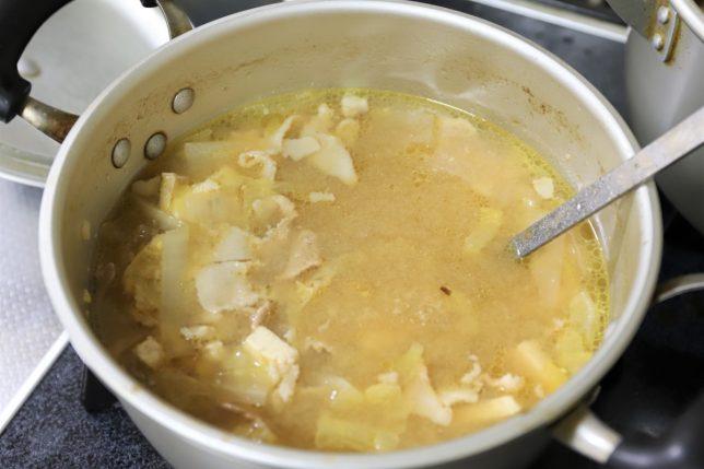 祖母(おばあ)が作った温める前の冷たい豚汁