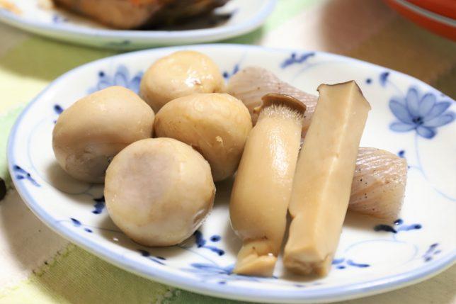 祖母(おばあ)が作ったエリンギと里芋と手綱こんにゃくの煮物
