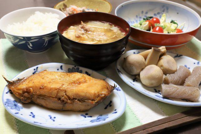 カレイの煮付けや豚汁など、祖母(おばあ)が作った晩ごはんのメニュー