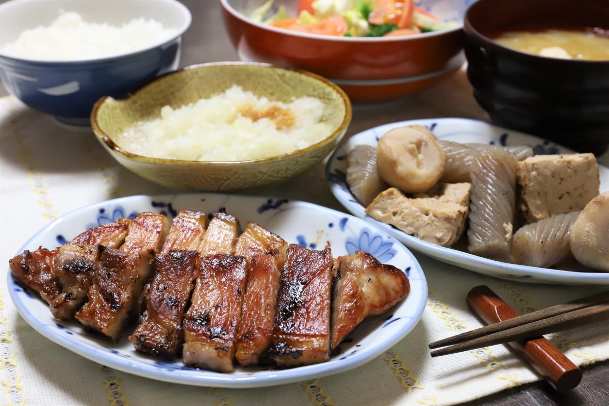 焼いた豚肉や煮物、大根おろしなど、祖母(おばあ)が作った晩ごはんのメニュー