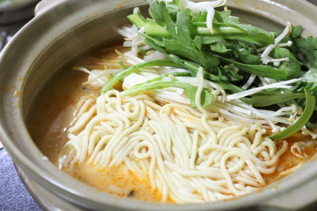ピリ辛とり野菜みその鍋に中華麺(ラーメン)を入れて煮るところ