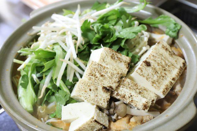 ピリ辛とり野菜みそ鍋に肉と野菜の具材を入れて煮込むところ