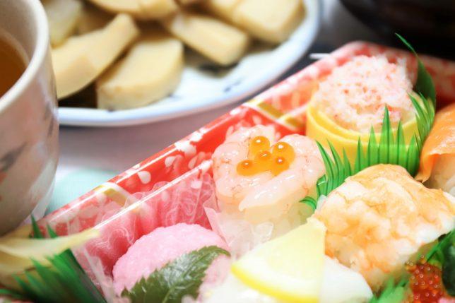 ひな祭りに祖母が買ってきた手毬寿司(甘エビとイクラ)