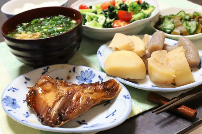 ブリのアラの煮付けや煮物、玉子入り味噌汁など、祖母(おばあ)が作った晩ごはんのメニュー