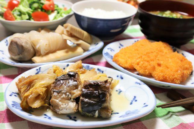 サバ缶と白菜の煮物や、鶏肉とチーズのフライなど、おばあが用意した晩ごはんのメニュー