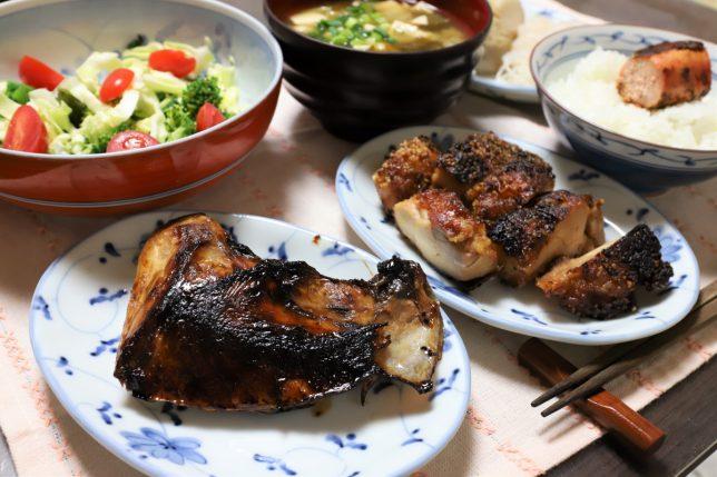ブリのアラや鶏肉の焼いたものなど、祖母(おばあ)がホワイトデーにつくった晩ごはんのメニュー