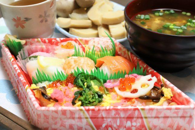 祖母が買ってきた雛祭の寿司