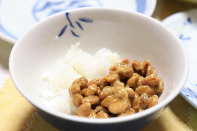 茶碗に入った納豆ごはん(ごはんは残り少ない)