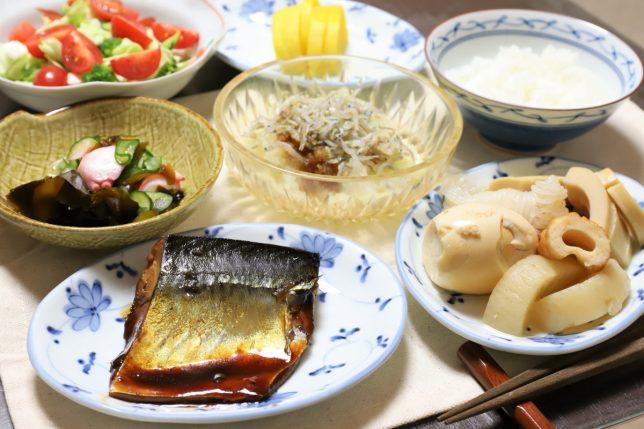鯖の醤油煮や玉子入りの煮物など、祖母(おばあ)のつくった晩ごはんのメニュー