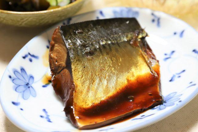 祖母(おばあ)が作った金色に輝く鯖の醤油煮