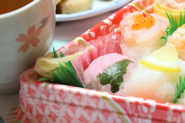 雛祭の寿司に入っている桜餅