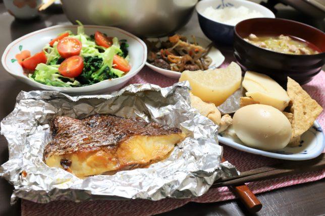 真鯛のホイル焼きや、玉子と鶏肉入りおでんなど、祖母(おばあ)が作った晩ごはんのメニュー