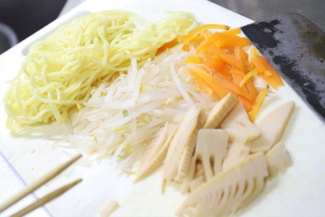 ラーメンの具材として刻んだタケノコ、にんじん、もやし、そして中華麺