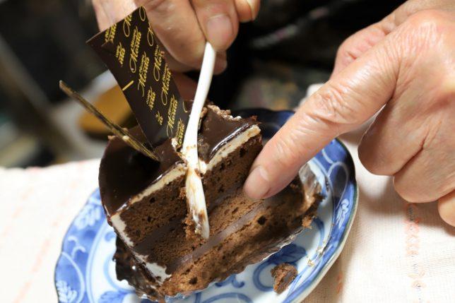 ホワイトデーにガトーショコラを指を使って食べる祖母(おばあ)