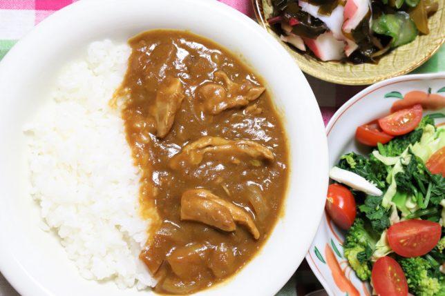祖母(おばあ)が作った鶏肉とニンニクのカレーと、タコとキュウリの酢の物とサラダ