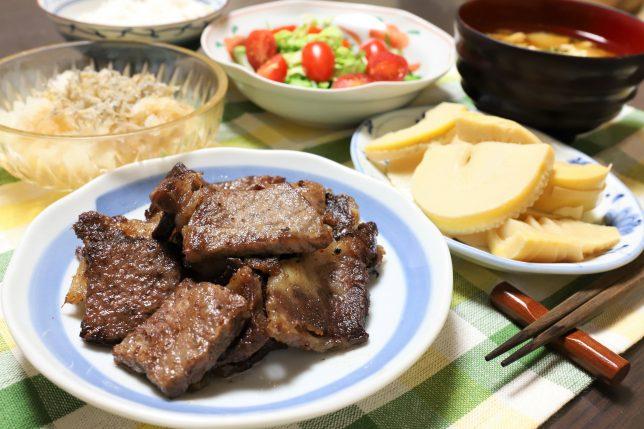 牛肉の焼肉、大根おろし、タケノコの煮物など、祖母(おばあ)が作った晩ごはんのメニュー