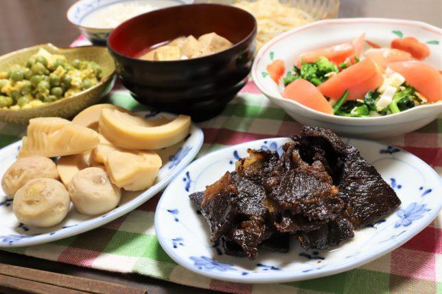 黒く焦げた国産牛肉や煮物など、祖母(おばあ)が作った晩ごはんのメニュー