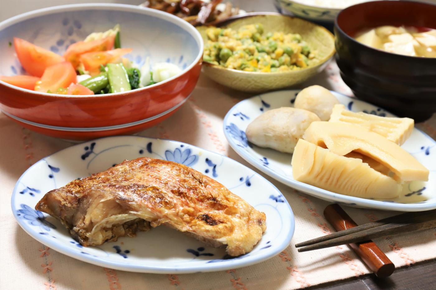 焼いた赤魚やタケノコの煮物など、祖母(おばあ)が作った晩ごはんのメニュー