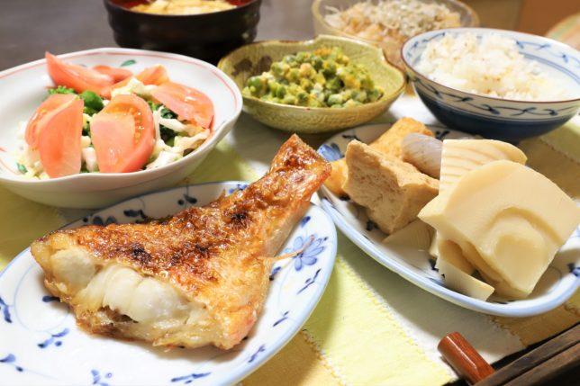赤魚の塩焼きやおこげご飯など、祖母(おばあ)が作った晩ごはんのメニュー