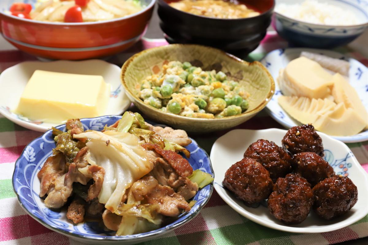 キャベツと豚肉の炒め物、ミートボールなどおばあが作った晩ごはんのメニュー