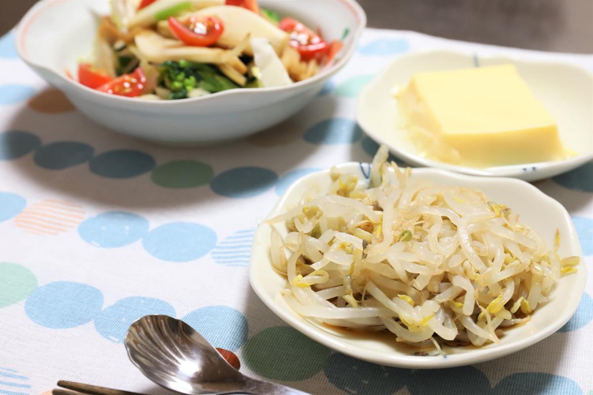 もやしとサラダとたまご豆腐のみの晩ごはん