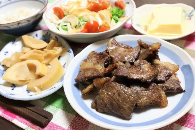 和牛の肉を焼いたものやタケノコの煮物など、祖母(おばあ)が自分の誕生日に用意した晩ごはんのメニュー
