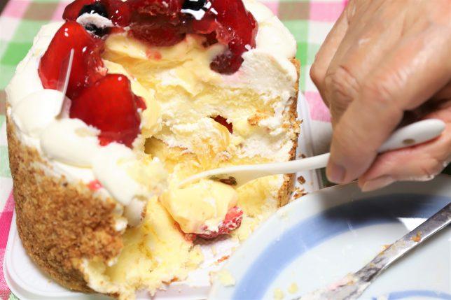 ホールケーキを直接食べるおばあ