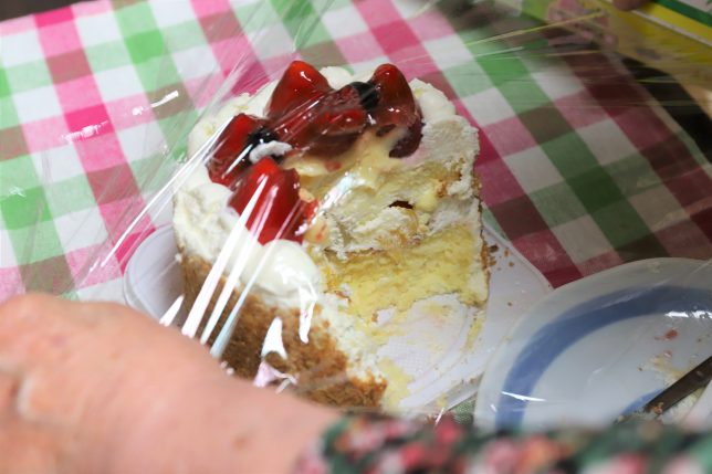 残ったケーキにラップをかけるおばあ